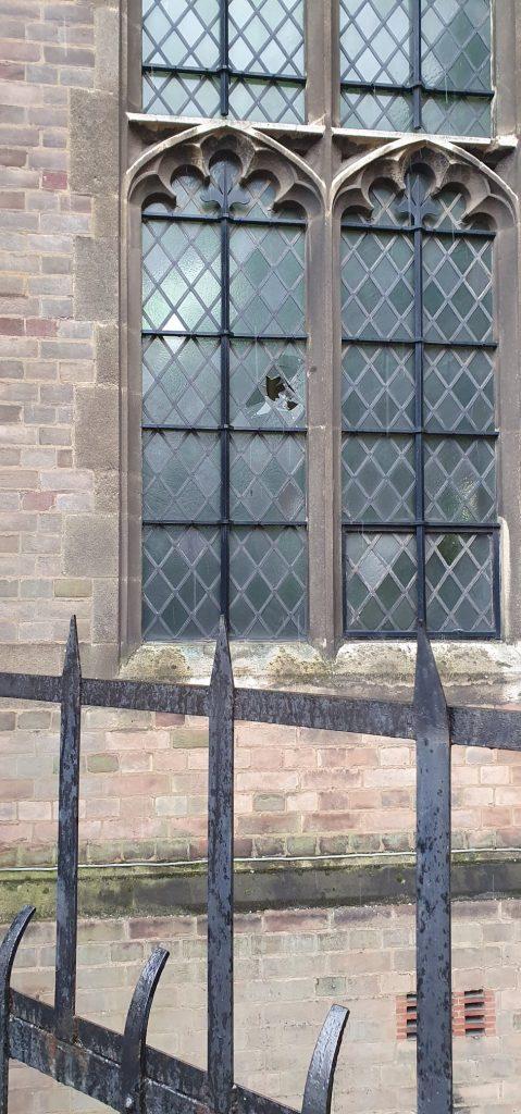 La vetrata vandalizzata nella chiesa di Santa Croce a Leicester